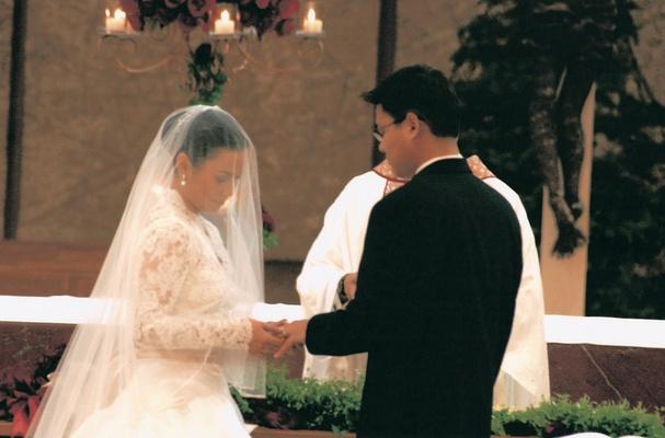 Lea Salonga puts ring on Robert Chien